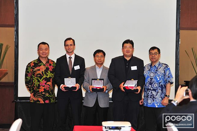 Executives from three trading companies pose for the camera after being awarded prizes by PT Krakatau POSCO.