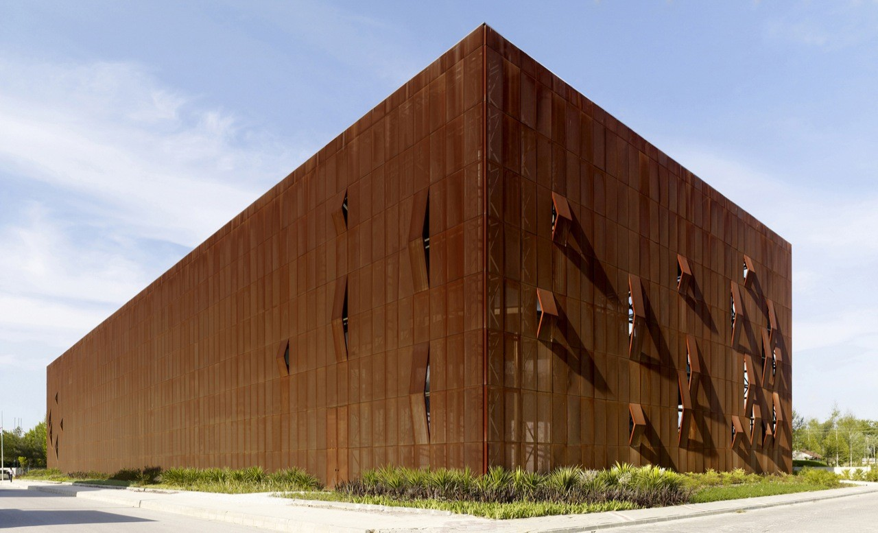 The Raif Dinçkök Yalova Cultural Center uses weathering steel to give it a rusted look.