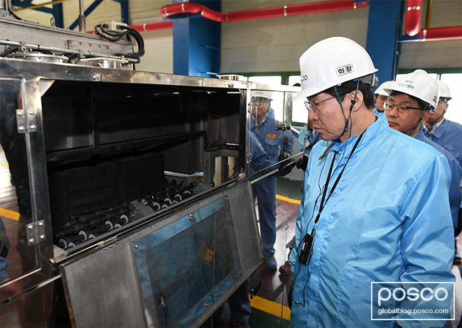 Kwon observes the anode reheating process of the production line completed last July.