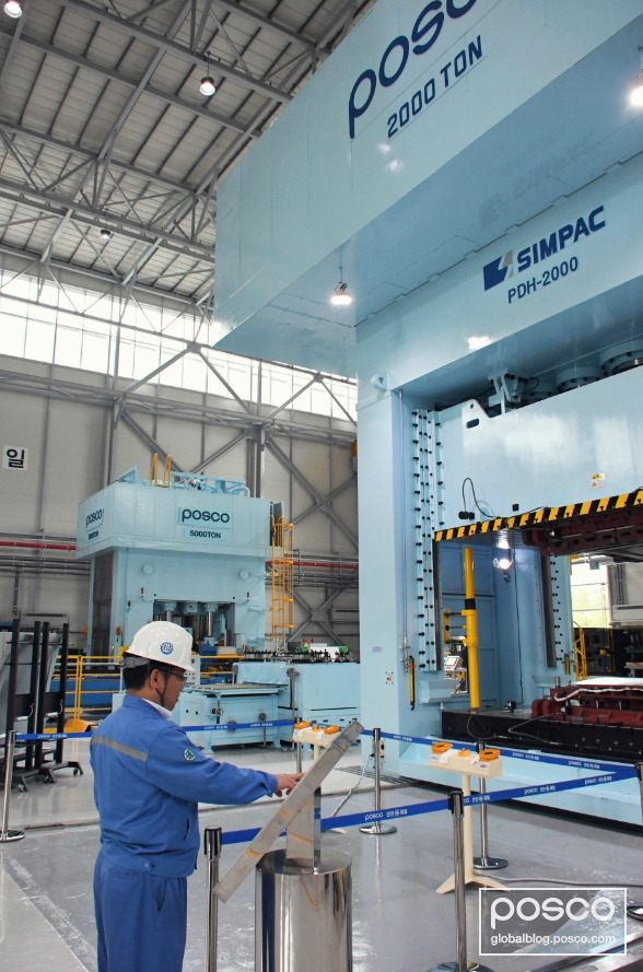 A POSCO employee can be seen operating the 2000-ton hydraulic press, the first to be purchased by a domestic steelmaker.