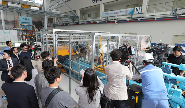 The press and participants watch a demonstration at POSCO's Global R&D Center in Incheon