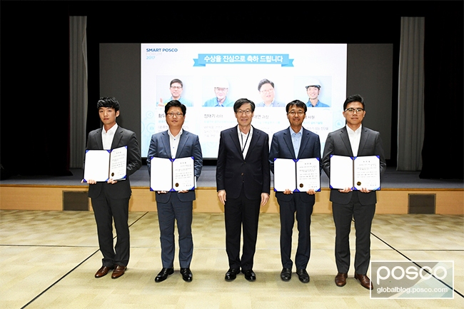 POSCO CEO Ohjoon Kwon with the four excellence award recipients