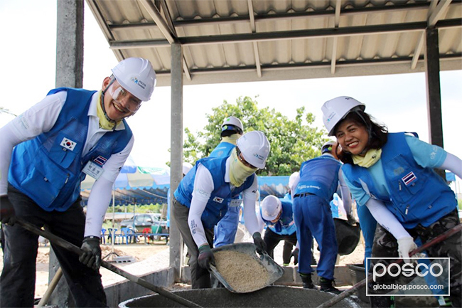 POSCO Group volunteers and Thai global staff members worked together for the construction of the love houses.