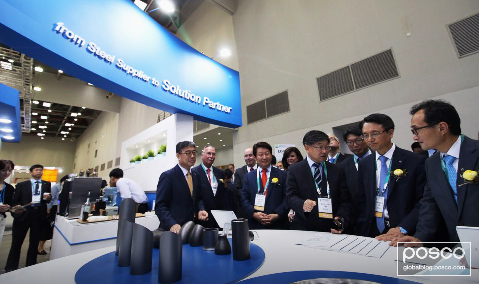 Jong-sub Lee, executive VP of POSCO (third from right), Young-jin Kwon, Mayor of Daegu Metropolitan City (fourth from right) and Young-doo Kim, VP of Korea Gas Corporation (second from right) at the POSCO exhibition booth.