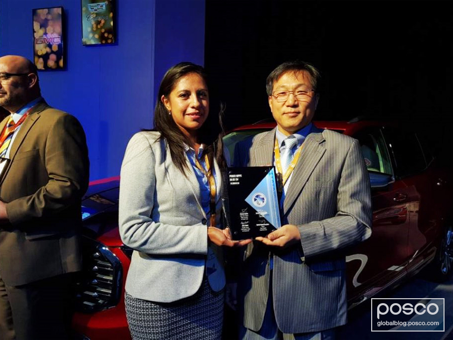 Gabriela Ruiz Osorio, POSCO-MPPC 2 plant manager, and Tae-hyun Yoon, head of POSCO-MPPC, receive the Supplier for Quality Excellence Award from GM Mexico